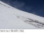 Туристы на склоне западной вершины Эльбруса (2016 год). Редакционное фото, фотограф Дмитрий Кондратьев / Фотобанк Лори