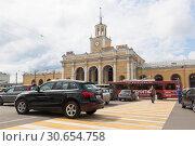Купить «Движение автомобилей по пешеходному переходу возле железнодорожного вокзала в городе Ярославле», фото № 30654758, снято 9 июля 2018 г. (c) Николай Мухорин / Фотобанк Лори
