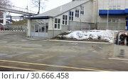 Купить «Отправление поезда с небольшой станции. Россия», видеоролик № 30666458, снято 27 апреля 2019 г. (c) Александр Романов / Фотобанк Лори