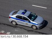 Купить «Вид сверху на полицейский патрульный автомобиль в центре города Москвы, Россия», фото № 30668154, снято 24 апреля 2019 г. (c) Николай Винокуров / Фотобанк Лори