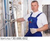 Купить «Electrician laying electric wires», фото № 30686602, снято 28 мая 2018 г. (c) Яков Филимонов / Фотобанк Лори