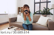 Купить «female beauty blogger making video about make up», видеоролик № 30689614, снято 25 апреля 2019 г. (c) Syda Productions / Фотобанк Лори