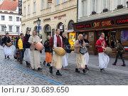 Купить «Процессия кришнаитов на улице Праги», фото № 30689650, снято 6 марта 2019 г. (c) Ekaterina M / Фотобанк Лори