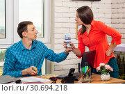 Сотрудница и директор спорят о размере зарплаты. Стоковое фото, фотограф Иванов Алексей / Фотобанк Лори