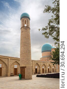 Купить «Minaret against backdrop of the mausoleum Gumbezi-Sayyidan, Dorut Tilovat complex, Shakhrisabz, Uzbekistan», фото № 30694294, снято 16 октября 2016 г. (c) Юлия Бабкина / Фотобанк Лори