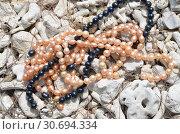 Купить «Жемчужные бусы из розового и черного жемчуга на белых кораллах», фото № 30694334, снято 27 мая 2014 г. (c) Светлана Колобова / Фотобанк Лори