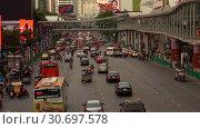 Купить «Вечернее движение на улице Ratchadamri Road. Бангкок, Таиланд», видеоролик № 30697578, снято 2 января 2019 г. (c) Виктор Карасев / Фотобанк Лори