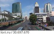 Купить «Улица Ratchadamri Road солнечным днем. Бангкок», видеоролик № 30697670, снято 1 января 2019 г. (c) Виктор Карасев / Фотобанк Лори