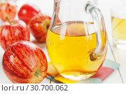 Купить «Яблочный сок и яблоки», фото № 30700062, снято 3 мая 2019 г. (c) Надежда Мишкова / Фотобанк Лори