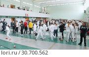Купить «27 MARCH 2019. KAZAN, RUSSIA: A big tournament in the hall with many people. Teenagers fencers in protective white clothes fighting», видеоролик № 30700562, снято 5 апреля 2020 г. (c) Константин Шишкин / Фотобанк Лори