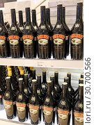 Купить «Showcase with liqueur Baileys in duty free shop at Bangkok airport», фото № 30700566, снято 27 марта 2019 г. (c) Григорий Писоцкий / Фотобанк Лори
