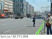 Купить «Генеральная репетиция парада в честь Дня Победы, прохождение техники по Красной Пресне. 7 мая 2019 года. Город Москва», эксклюзивное фото № 30711994, снято 7 мая 2019 г. (c) lana1501 / Фотобанк Лори