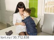 Купить «Мама-медсестра показывает маленькому сыну, как слушать дыхание. Знакомство с профессией в игровой форме. Ребенок на работе с мамой», фото № 30712838, снято 17 марта 2019 г. (c) Наталья Гармашева / Фотобанк Лори