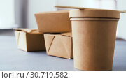 Купить «disposable paper containers for takeaway food», видеоролик № 30719582, снято 5 мая 2019 г. (c) Syda Productions / Фотобанк Лори