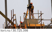 specialist at the construction site works with the theodolite and the level (2016 год). Редакционное видео, видеограф Aleksandr Sulimov / Фотобанк Лори