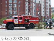 Купить «Tyumen, Russia, on May 8, 2019: Fire truck. A water intake from the water system.», фото № 30725622, снято 8 мая 2019 г. (c) Землянникова Вероника / Фотобанк Лори