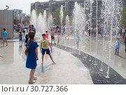 Купить «Тюмень, Россия, 9 мая 2019: Дети играют и веселятся в струях фонтана», фото № 30727366, снято 9 мая 2019 г. (c) Землянникова Вероника / Фотобанк Лори