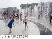 Купить «Тюмень, Россия, 9 мая 2019: Дети играют и веселятся в струях фонтана», фото № 30727370, снято 9 мая 2019 г. (c) Землянникова Вероника / Фотобанк Лори