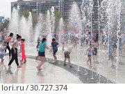 Купить «Тюмень, Россия, 9 мая 2019: Дети играют и веселятся в струях фонтана», фото № 30727374, снято 9 мая 2019 г. (c) Землянникова Вероника / Фотобанк Лори
