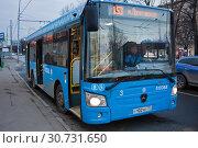 Купить «Городской синий автобус около остановки. Москва», фото № 30731650, снято 31 марта 2019 г. (c) Victoria Demidova / Фотобанк Лори