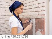 Девушка штукатур штукатурит стенку, выкладывая имитацию кирпичной кладки. Стоковое фото, фотограф Иванов Алексей / Фотобанк Лори
