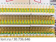 Купить «Russia, Samara, April 2019: Rack of plastic bottles with sunflower oil in the store. Text in Russian: settlement», фото № 30736646, снято 3 апреля 2019 г. (c) Акиньшин Владимир / Фотобанк Лори