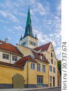 Купить «Street in Tallinn, Estonia», фото № 30737674, снято 27 июля 2018 г. (c) Boris Breytman / Фотобанк Лори
