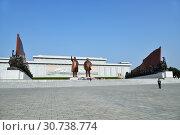 Купить «Pyongyang, North Korea. Bronze statue of Kim Il Sung and Kim Jong Il on the Mansu hill», фото № 30738774, снято 1 мая 2019 г. (c) Знаменский Олег / Фотобанк Лори