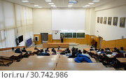 Купить «Ufa, Russia - April 20, 2017: Students at Bashkir State University. Large audience», видеоролик № 30742986, снято 20 апреля 2017 г. (c) Mikhail Erguine / Фотобанк Лори
