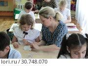 Купить «Балашиха, открытый урок рукоделия, школа № 24», эксклюзивное фото № 30748070, снято 13 мая 2019 г. (c) Дмитрий Неумоин / Фотобанк Лори