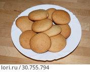 Купить «Бисквитное печенье на белой тарелке. Домашняя выпечка», фото № 30755794, снято 3 апреля 2018 г. (c) Павел Кричевцов / Фотобанк Лори