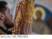 Купить «Православный священнослужитель держит Святое Евангелие во время службы во Владимирском соборе города Севастополя», фото № 30760062, снято 13 мая 2019 г. (c) Николай Винокуров / Фотобанк Лори