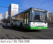 Купить «Автобус на рейсе. Улица Грекова. Район Северное Медведково. Город Москва», эксклюзивное фото № 30760098, снято 25 февраля 2015 г. (c) lana1501 / Фотобанк Лори