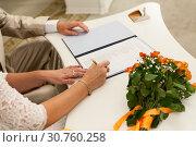 Невеста подписывает документ на свадебной церемонии, крупный план. Стоковое фото, фотограф Кекяляйнен Андрей / Фотобанк Лори
