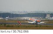 Купить «Iberia Regional Bombardier CRJ-1000 landing», видеоролик № 30762066, снято 20 июля 2017 г. (c) Игорь Жоров / Фотобанк Лори