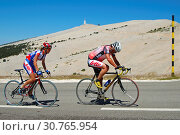 Купить «Radfahrer im Aufstieg zum Mont Ventoux, Gipfel hinten, Provence, Frankreich / Cyclists in the ascent to Mont Ventoux, peak in the back, Provence, France...», фото № 30765954, снято 20 июля 2019 г. (c) age Fotostock / Фотобанк Лори