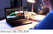 Купить «editor working on video file on laptop at night», видеоролик № 30770314, снято 19 августа 2019 г. (c) Syda Productions / Фотобанк Лори
