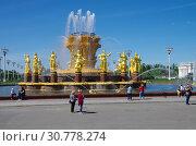 Купить «Москва, ВВЦ. Фонтан Дружбы народов», фото № 30778274, снято 16 мая 2019 г. (c) Natalya Sidorova / Фотобанк Лори