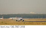 Купить «Lufthansa Airbus A319 landing», видеоролик № 30787318, снято 20 июля 2017 г. (c) Игорь Жоров / Фотобанк Лори