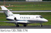 Купить «Hawker Beechcraft taxiing before departure», видеоролик № 30788174, снято 22 июля 2017 г. (c) Игорь Жоров / Фотобанк Лори