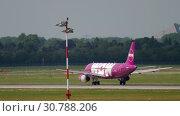 Купить «WOW Air Airbus 320 take-off», видеоролик № 30788206, снято 21 июля 2017 г. (c) Игорь Жоров / Фотобанк Лори