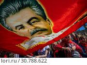 Купить «Пионер держит красное знамя с портретом Сталина на Красной площади города Москвы во время торжественной пионерской линейки, Россия, 19 мая 2019 года», фото № 30788622, снято 19 мая 2019 г. (c) Николай Винокуров / Фотобанк Лори