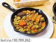 Купить «Catalan faba beans stewed with morcilla, chorizo, bacon», фото № 30789262, снято 23 июля 2019 г. (c) Яков Филимонов / Фотобанк Лори