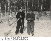 Купить «Две женщины на лыжах в лесу», фото № 30802570, снято 21 октября 2019 г. (c) Retro / Фотобанк Лори