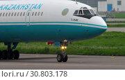 Купить «Kazakhstan Tupolev 154 taxiing», видеоролик № 30803178, снято 4 мая 2019 г. (c) Игорь Жоров / Фотобанк Лори