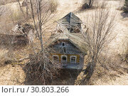 Купить «Top view of Ruins of the abandoned wooden houses in the ghost village in the European North of Russia, Kirov Region», фото № 30803266, снято 8 декабря 2019 г. (c) Mikhail Starodubov / Фотобанк Лори