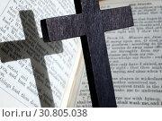 Купить «A wooden cross and the Holy Bible. The Psalms.», фото № 30805038, снято 26 мая 2019 г. (c) age Fotostock / Фотобанк Лори