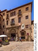 Купить «Толедо, Испания. Фасад средневекового здания», фото № 30807654, снято 25 июня 2017 г. (c) Rokhin Valery / Фотобанк Лори