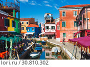 Купить «Bright colorful houses on Burano island on the edge of the Venetian lagoon. Venice, Italy», фото № 30810302, снято 17 апреля 2017 г. (c) Наталья Волкова / Фотобанк Лори