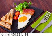 Купить «Fried eggs with bacon, toasted bread, tomatoes and lettuce at plate on table», фото № 30811414, снято 23 мая 2019 г. (c) Яков Филимонов / Фотобанк Лори